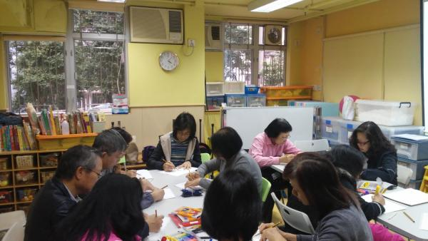 在家長小組學習禪繞的過程中,畫禪繞畫使家長可專注當下,並促進家長的分享。家長們很享受放鬆身心的時間。