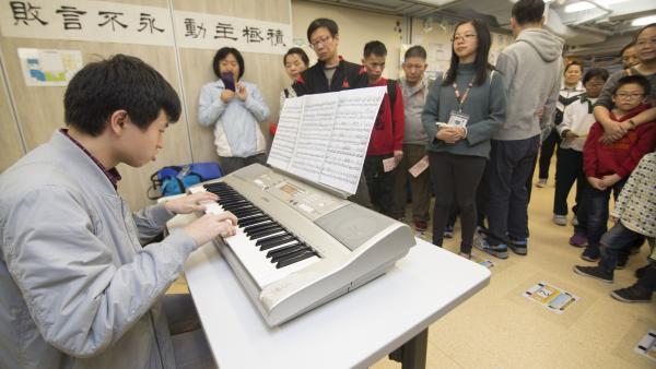 學員在中心開放日中表演,向公眾展示其音樂潛能,引來不少來賓駐足欣賞。