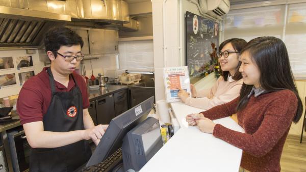 學員在中心內的STAR Café進行餐飲服務的工作實習。