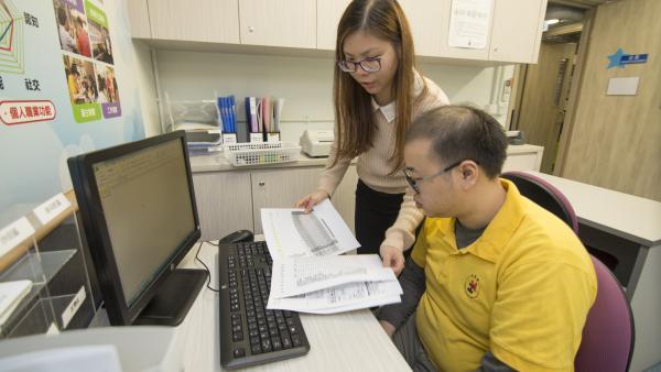 培訓及就業主任在為學員進行文職工作的個別訓練與指導。