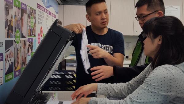 於辦公室助理基礎課程中,學員學習使用影印機。
