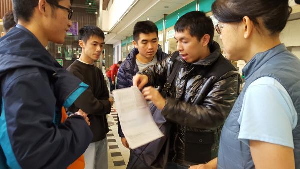 學員在速遞公司APS進行課堂,學習速遞員的工作技巧,首先學習理論部分,其後在導師鍾小姐的陪同下進行實習把文件送到郵政中心。