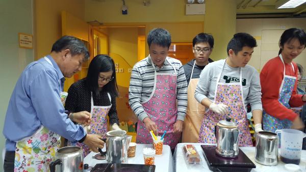 小食及飲品製作課程的反應非常熱烈,學員學習製作奶茶咖啡以及三文治沙律等小食,家長亦反映子女在家很少煮食,小食班是個很好的機會訓練生活技能。
