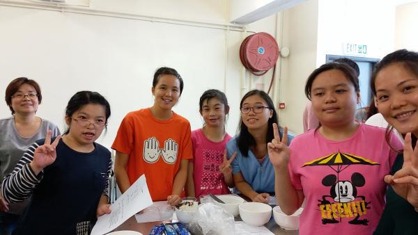 學員們與義工於Angel Child學習製作朱古力慕絲杯。
