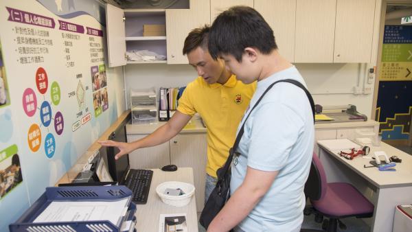 職業治療師為學員進行職能評估中。