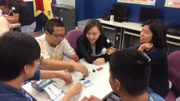 學員們與「生命導航員」一起玩桌上遊戲,打成一片。